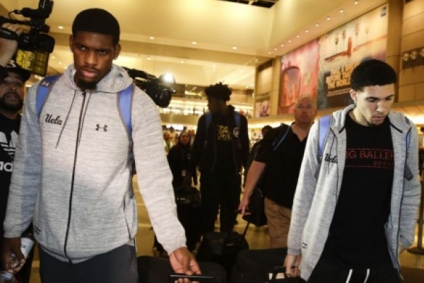 Tres basquetbolistas de UCLA arrestados en China regresan a EE.UU.